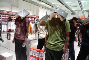 コラボレーションでTシャツを製造販売した衣料品メーカー「UNIQLO」店頭ディスプレイ 写真